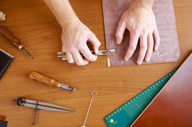 Trabalho de precisão em couro
