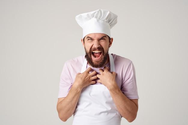Trabalho de serviço de restaurante de cozinha de chef masculino emocional. foto de alta qualidade