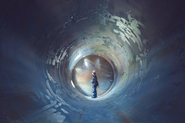 Trabalho de solda de inspeção masculina subterrânea do túnel de equipamento do tanque usando a lanterna em um lado confinado.