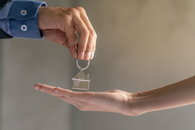 Trabalho de sucesso de agente imobiliário para tranfer terminou o projeto de construção para o comprador home