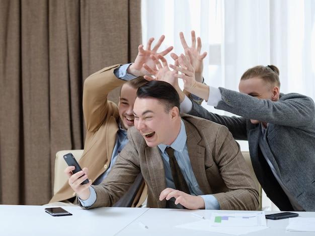 Trabalho divertido feliz rindo homens de negócios tiram foto