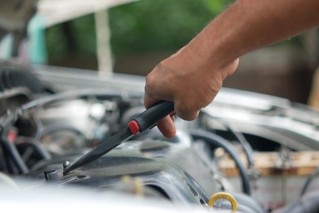 Trabalho e reparo no motor do carro