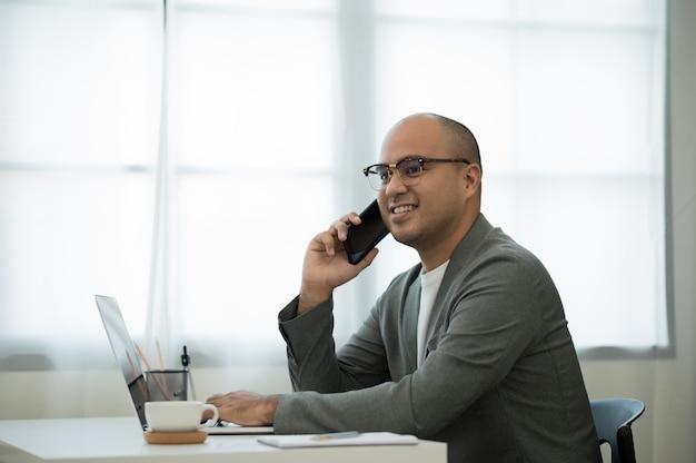 Trabalho em casa, conferência falando ao telefone