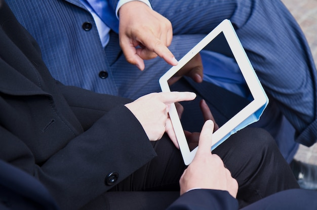 Trabalho em equipe, analisando o documento digital