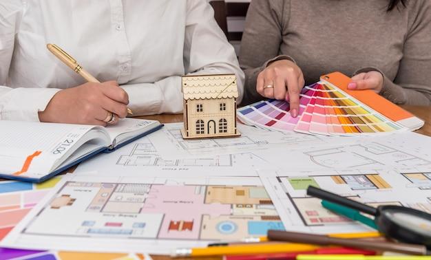 Trabalho em equipe com amostrador de cores de dois designers criativos