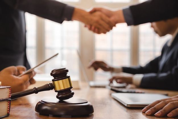 Trabalho em equipe de advogado de negócios, apertando as mãos, reunião após grande reunião sobre legislação legal no tribunal.