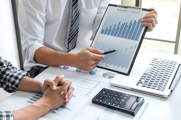 Trabalho em equipe de consultoria de negócios e estratégia de conferência plano de negócios trabalhando analisando o arranque