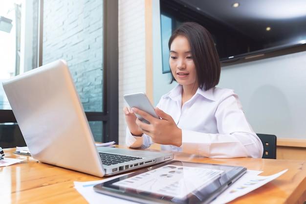Trabalho em equipe de empresária usando telefone inteligente para entrar em contato com o parceiro.