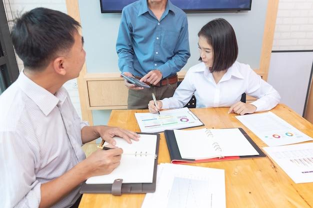 Trabalho em equipe de empresários discutindo o plano de negócios no escritório