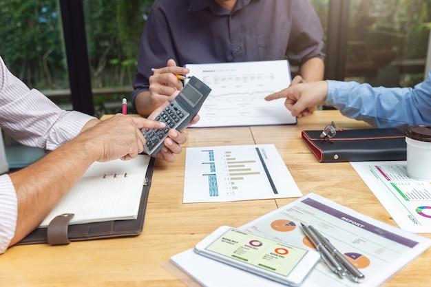 Trabalho em equipe de empresários discutindo plano de investimento de negócios no escritório
