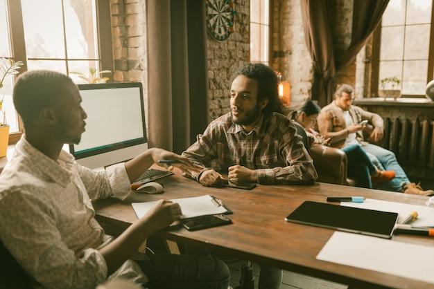 Trabalho em equipe de freelancers no escritório de estilo loft