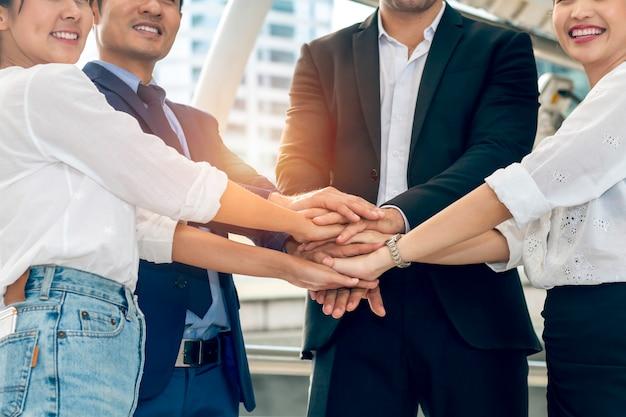 Trabalho em equipe de fusão, aquisição e poder. o trabalho em equipe de parceiros de negócios unir as mãos.