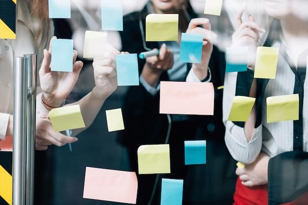 Trabalho em equipe de negócios. colaboração de brainstorming. grupo feminino corporativo desenvolvendo estratégia criativa.