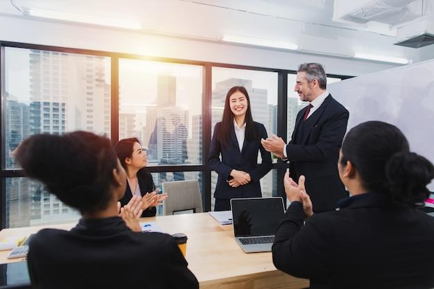 Trabalho em equipe de negócios corporativos brainstorming e apresentar um plano criativo de sucesso
