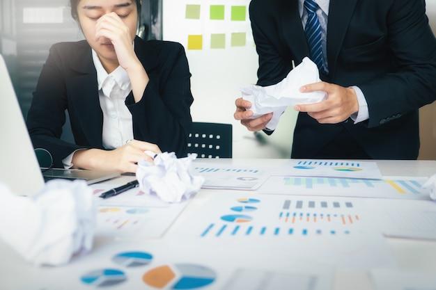 Trabalho em equipe de negócios culpando o parceiro e discussão séria.