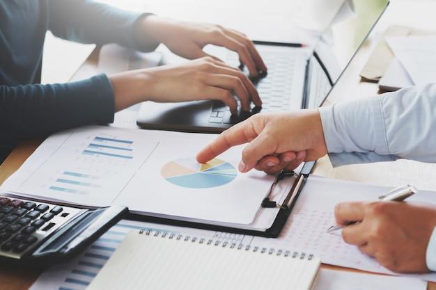 Trabalho em equipe de negócios para trabalhar o novo projeto no escritório. conceito de finanças e contabilidade