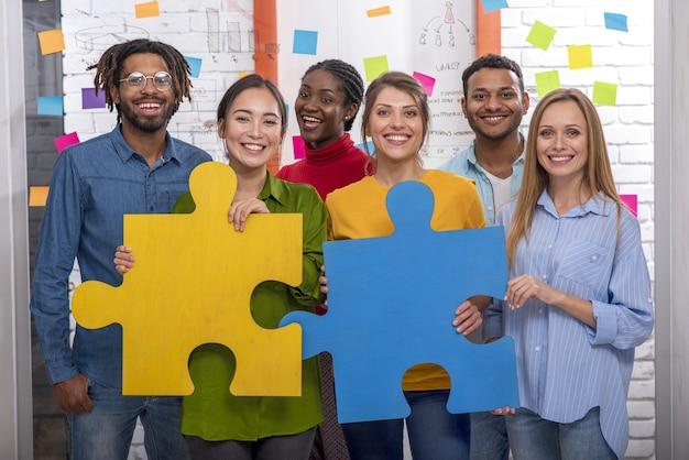 Trabalho em equipe de parceiros. conceito de integração e inicialização com peças de puzzle
