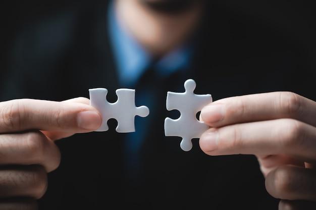 Trabalho em equipe de parceiros, conceito de integração e startup com peças de puzzle
