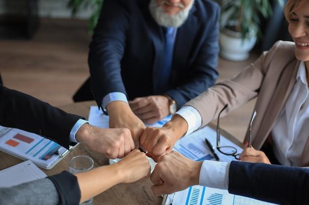 Trabalho em equipe de pessoas de negócios empilhando conceito de mão juntos.