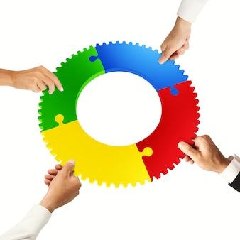 Trabalho em equipe e conceito de integração com peças de quebra-cabeça