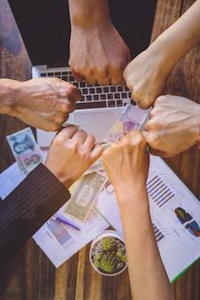 Trabalho em equipe, equipe conectar o conceito de união de mãos