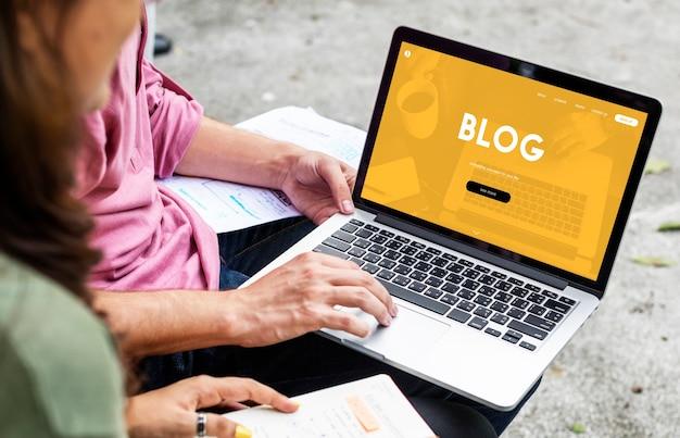 Trabalho em equipe fazendo um blog online