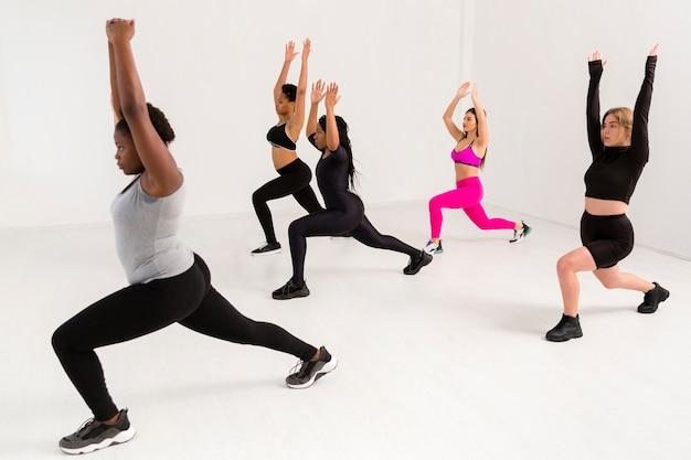 Trabalho em equipe feminino na aula de fitness