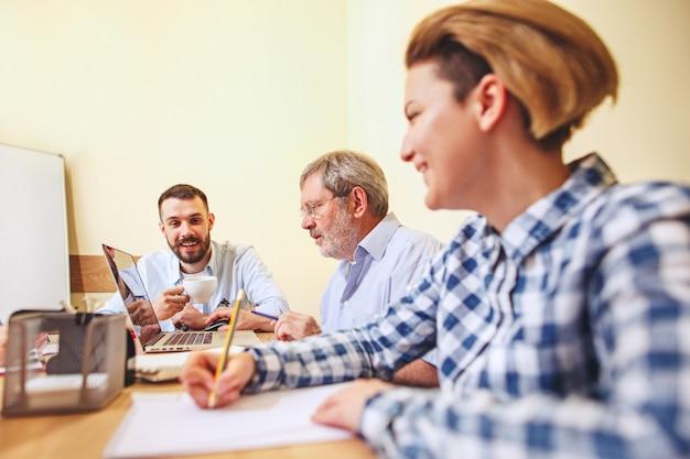 Trabalho em equipe. foto de jovens empresários trabalhando com novo projeto no escritório