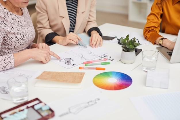 Trabalho em equipe irreconhecível de designers de moda