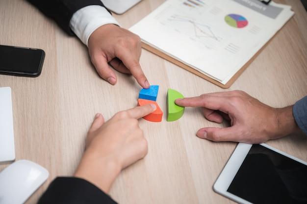 Trabalho em equipe. jovens empresários criativos trabalhando com novo projeto de inicialização no escritório moderno apartamento. comece o negócio team meeting ideas concept