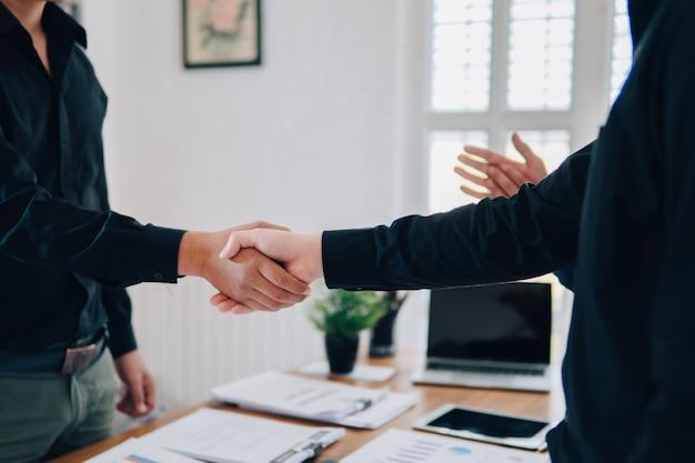 Trabalho em equipe, juntar, mãos, parceria terceiro, negócio, apertar, mão, e, perna, conceito
