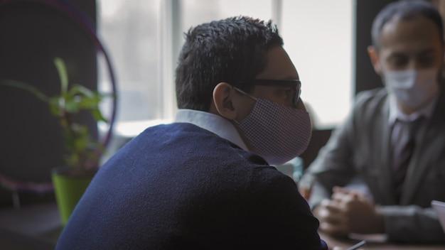 Trabalho em equipe no escritório moderno durante a pandemia