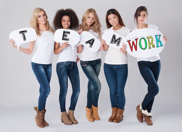 Trabalho em equipe por grupo multiétnico de mulheres