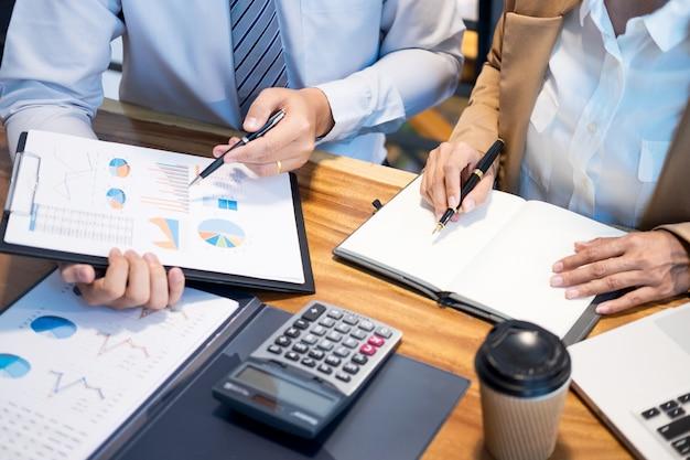 Trabalho em equipe startup project planning fazendo uma grande equipe de discussão meeting working together