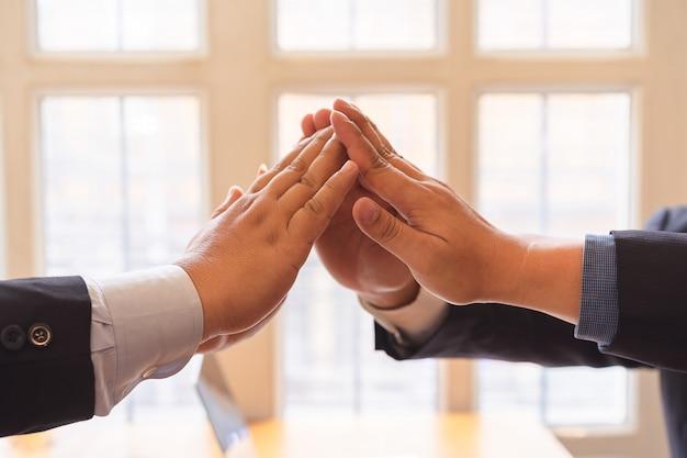 Trabalho em equipe sucesso empresarial juntos mais cinco no ar.