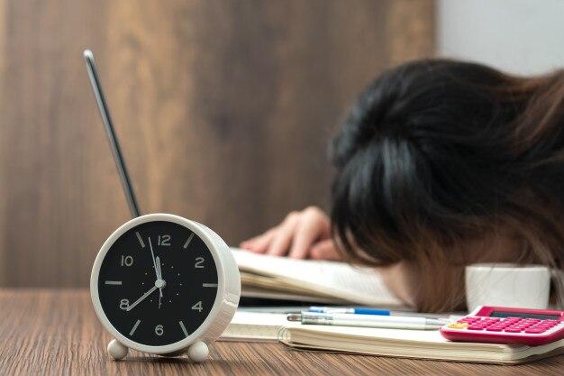 Trabalho extraordinário. fêmea exhaused no escritório.