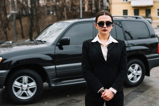 Trabalho feminino de segurança de alto ângulo