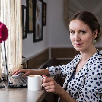 Trabalho freelance e distante de cafés e outros lugares conceito