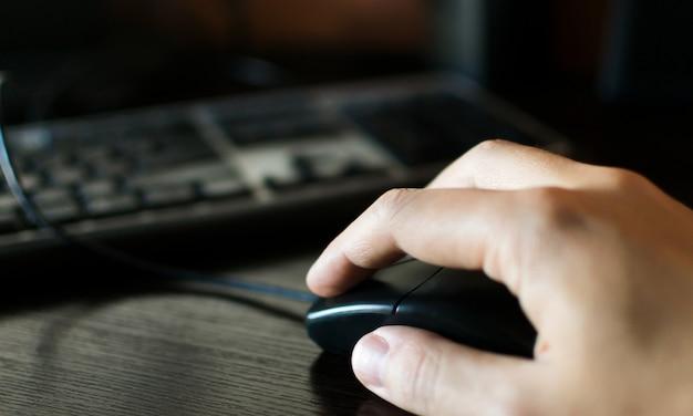 Trabalho freelance na mão do computador no mouse e teclado
