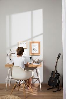Trabalho individual em casa no laptop