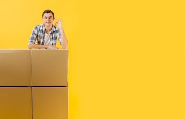 Trabalho masculino de cópia-espaço de entrega