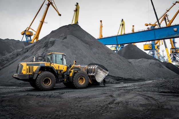 Trabalho no terminal portuário de manuseio de carvão.