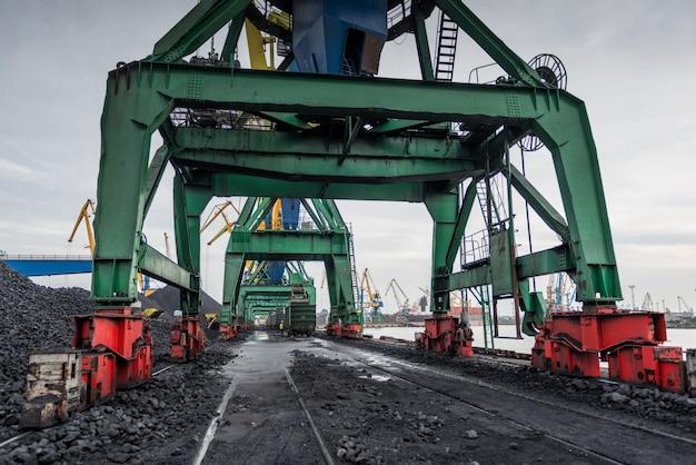 Trabalho no terminal portuário de manuseio de carvão