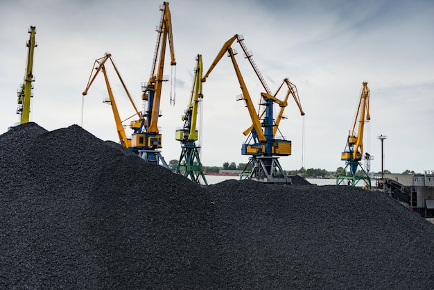 Trabalho no terminal portuário de transbordo de carvão