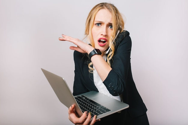 Trabalho o tempo de escritório de ocupada jovem empresária em terno formal com laptop falando no telefone. humor chateado, surpreso, estar atrasado, reuniões, trabalho, profissão, secretária
