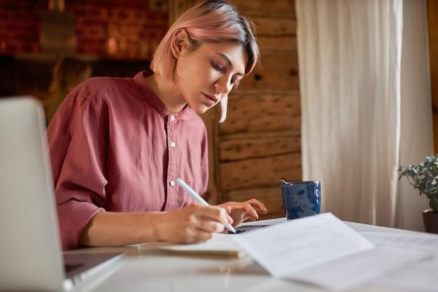 Trabalho, ocupação e freelance. aluna escrevendo em um papel