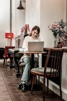 Trabalho remoto. a mulher se sente confortável trabalhando remotamente em um café