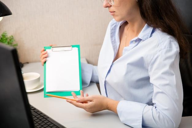 Trabalho remoto em casa. local de trabalho em home office com pc, dispositivos e gadgets.