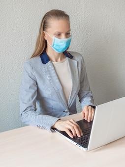 Trabalho remoto em quarentena. computador, laptop e garota estudando remotamente. pandemia de coronavírus no mundo