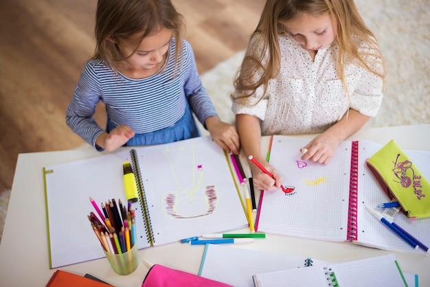 Trabalhos criativos no caderno